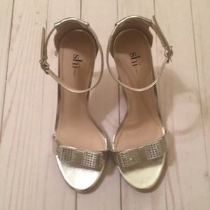 Shi by Journeys silver heels size 6.5